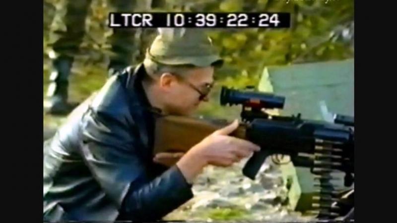 Eduard Limónov disparando un arma de fuego en Sarajevo; muchos lo conocieron, por primera vez -y no muy bien-, gracias a este video.