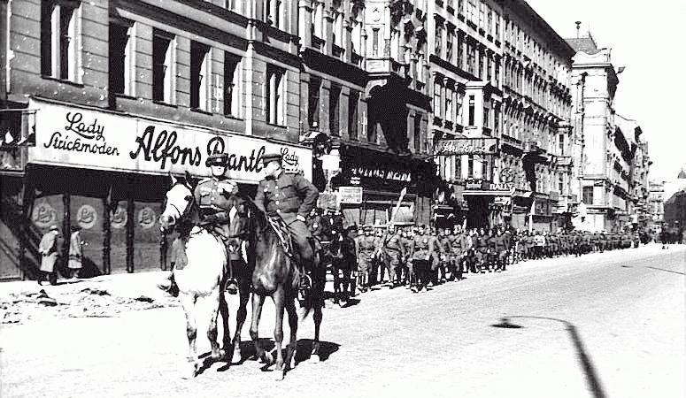 Tropas soviéticas desfilando por Viena durante la II Guerra Mundial.