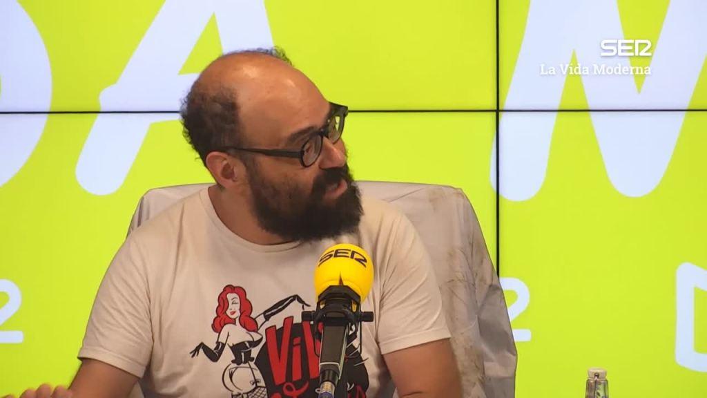 Ignatius Farray durante la grabación de un episodio de 'La vida moderna', de la Cadena SER.